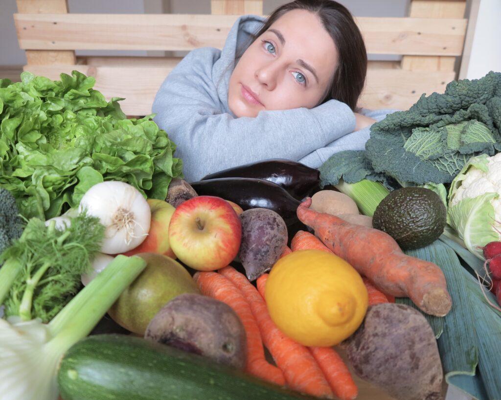 Anna mit frischem Obst und Gemüse